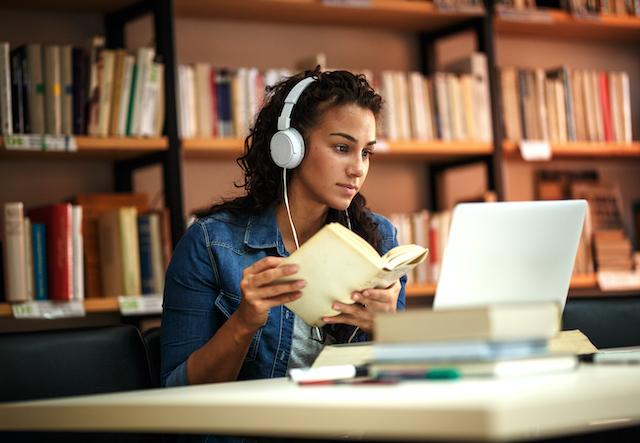 勉強する女性