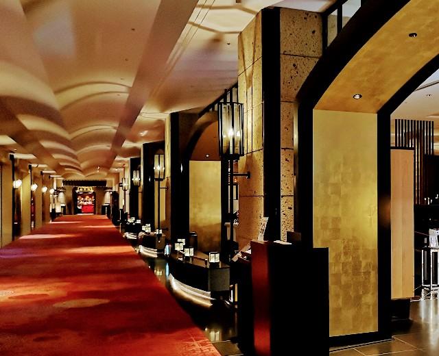 """東京・目黒「ホテル雅叙園東京」New American Grill """"KANADE TERRACE""""外観と廊下"""