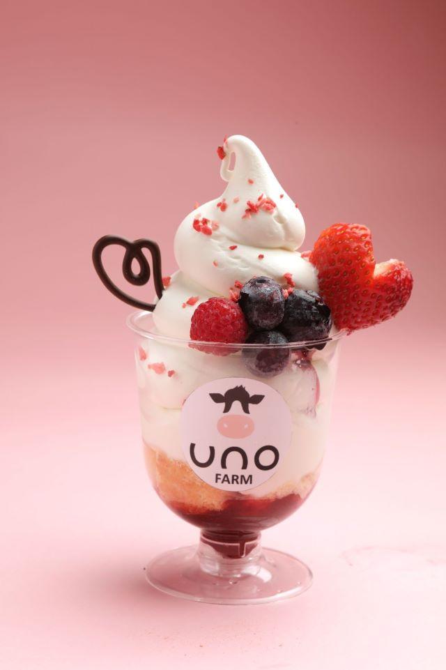北海道産ベリーと有機牛乳のソフトクリームパフェ