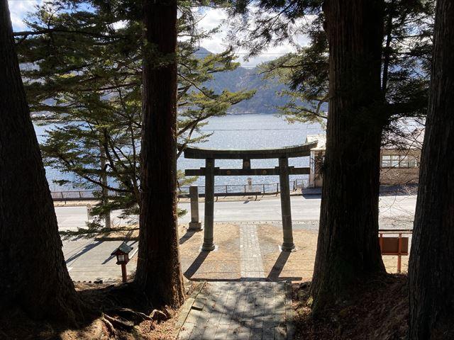中禅寺湖と鳥居