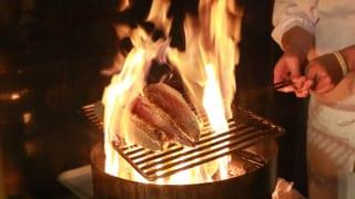 高知県 かつおのたたき 焼き網で炙る