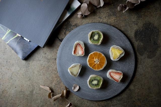和栗や芋ペーストの餡で旬の果物を包んだ、もちもち&とろけるフルーツ大福!