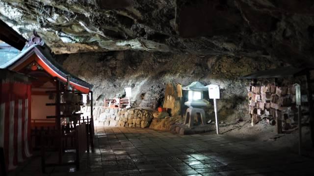 拝殿裏の洞窟