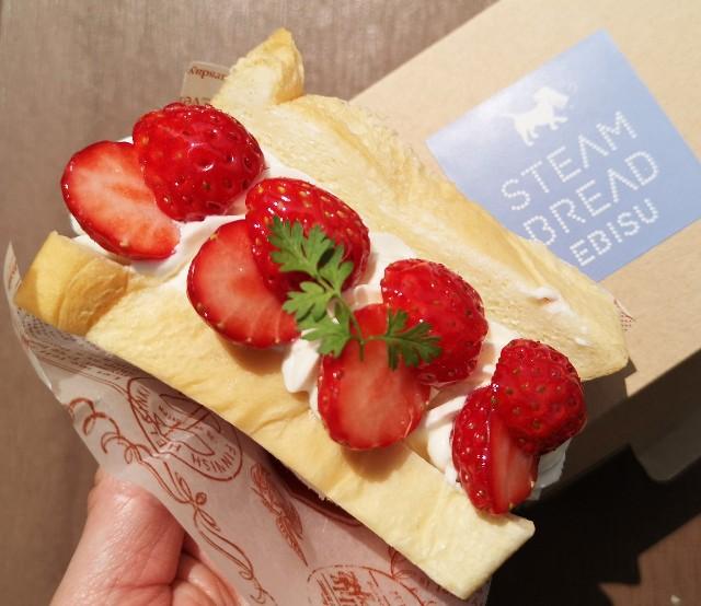 東京・恵比寿スチーム⽣⾷パン専⾨店「STEAM BREAD EBISU(スチームブレッド エビス)」あふれでるクリームの#フルーツスチパンサンドと持ち帰り箱