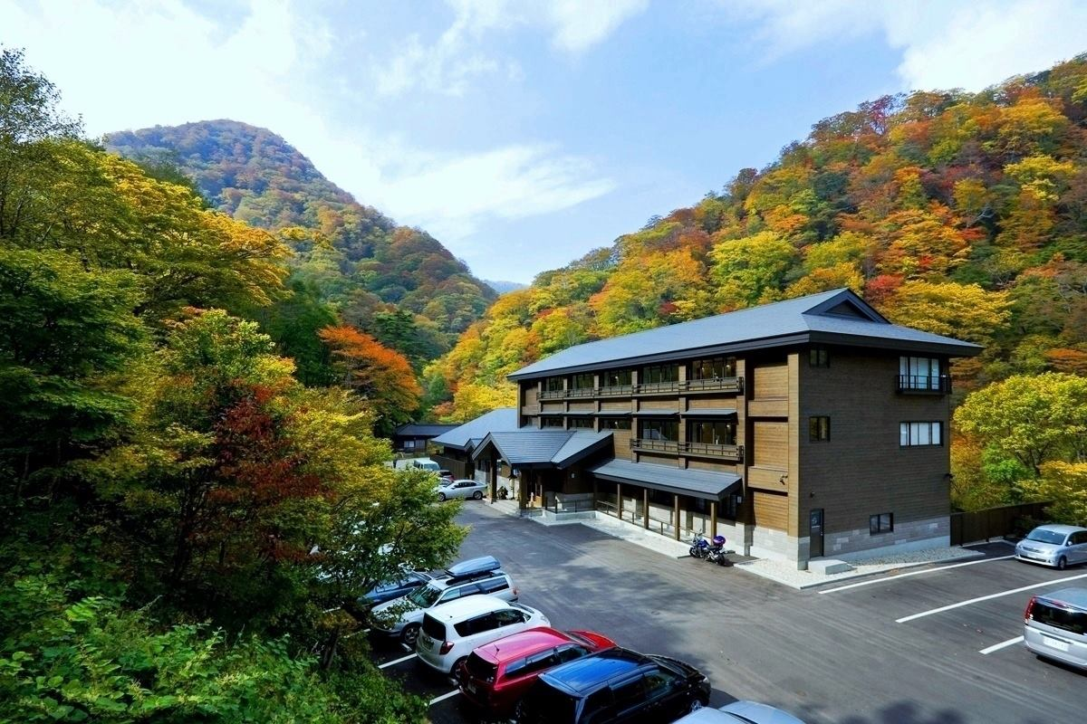 元湯甲子温泉 旅館大黒屋 紅葉時 外観