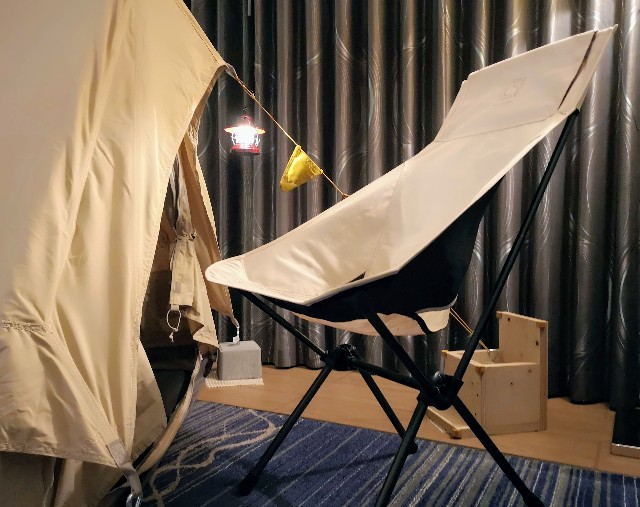 千葉・浦安「シェラトン・グランデ・トーキョーベイ・ホテル」シェラトン・グランピング with ノルディスク「星空キャンプルーム・プラン」テント椅子