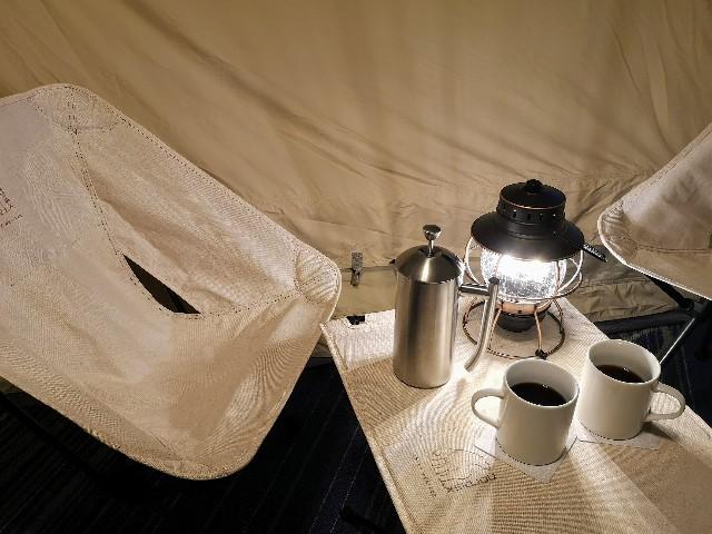 千葉・浦安「シェラトン・グランデ・トーキョーベイ・ホテル」シェラトン・グランピング with ノルディスク「星空キャンプルーム・プラン」テーブルにコーヒー