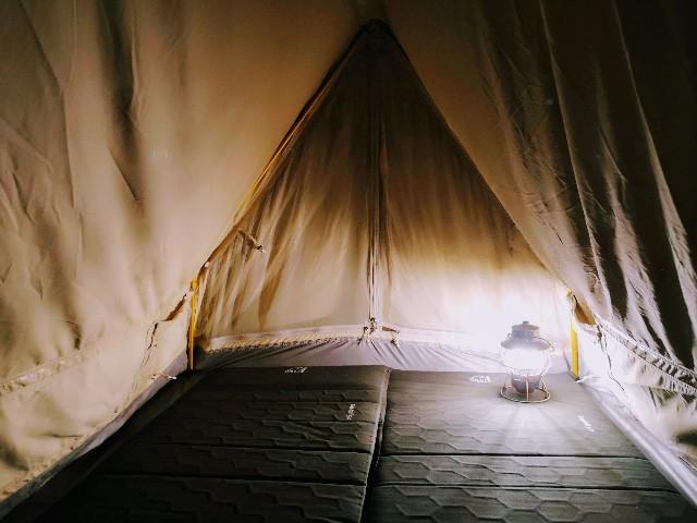 千葉・浦安「シェラトン・グランデ・トーキョーベイ・ホテル」シェラトン・グランピング with ノルディスク「星空キャンプルーム・プラン」テントの中にランプ