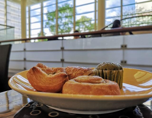 千葉・浦安「シェラトン・グランデ・トーキョーベイ・ホテル」朝食のパンと窓辺(グランカフェ)