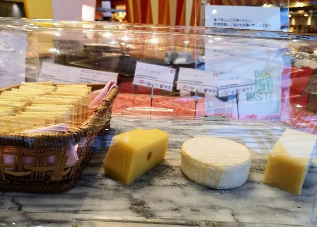 千葉・浦安「シェラトン・グランデ・トーキョーベイ・ホテル」夕食のチーズ3種(グランカフェ)