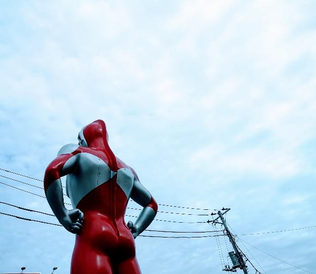 東京都・祖師ヶ谷大蔵「ウルトラマン商店街」ウルトラマンシンボル像(背後)