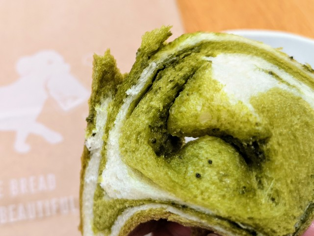 東京都恵比寿・スチーム⽣⾷パン専⾨店「STEAM BREAD EBISU」抹茶をふんだんに練り込んだ生#スチパン(温め後)