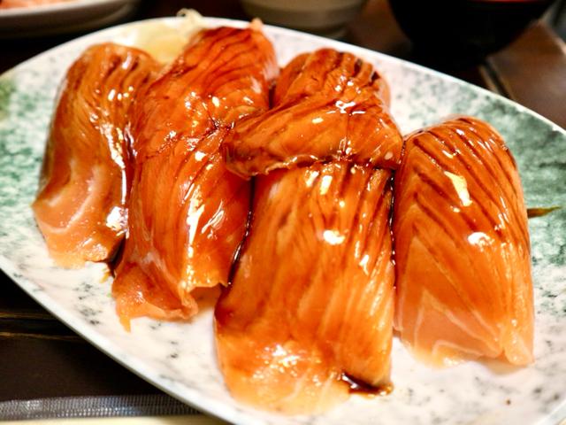 巨大サーモンの握り寿司