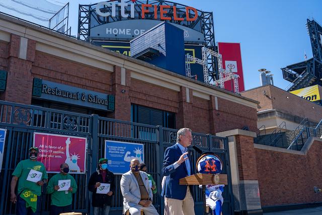 メッツ球場前でアピールするデブラシオNY市長