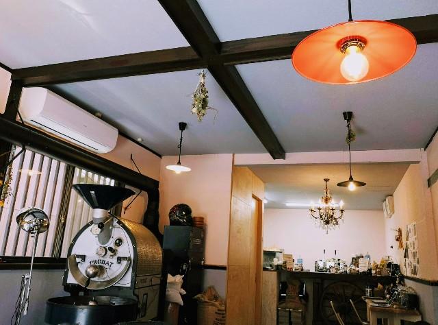 奈良県奈良市・自家焙煎コーヒーと店内で焼き上げる高級食パンの店「天迦久珈琲」店内