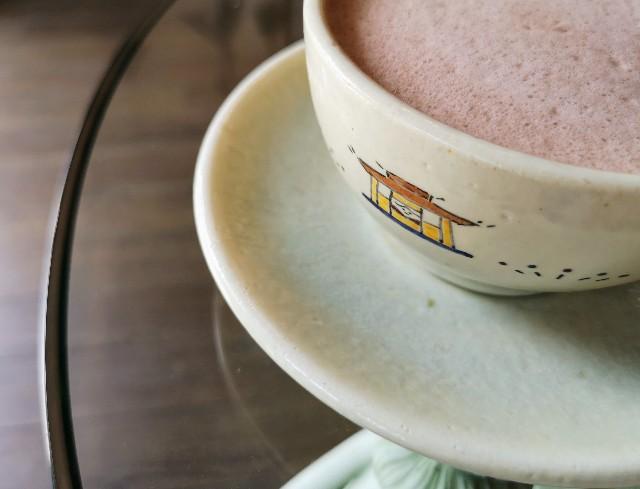 奈良県奈良市・自家焙煎コーヒーと店内で焼き上げる高級食パンの店「天迦久珈琲」赤膚焼の器
