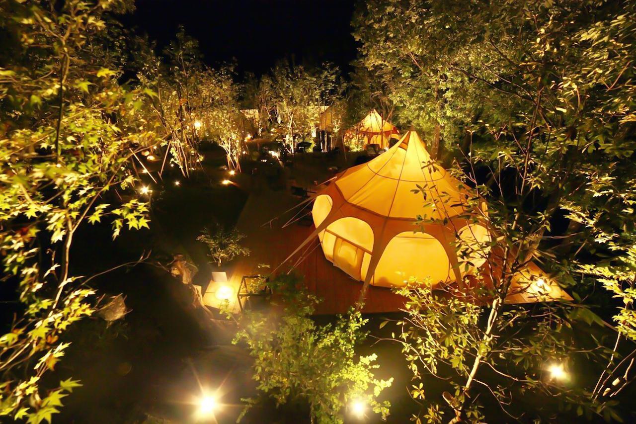 森の中に佇むリゾートグランピング!「湯布院温泉郷グランピング COMOREBI」