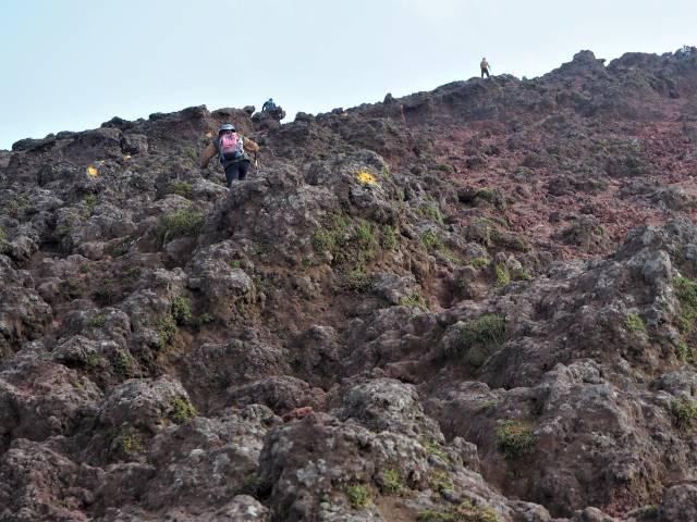 溶岩を登る