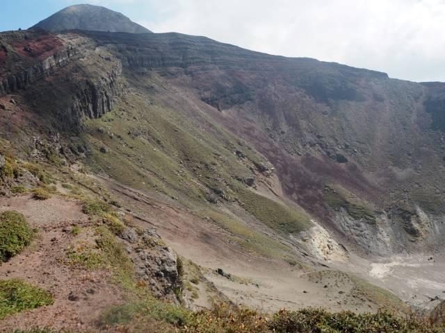 山頂手前のカルデラ