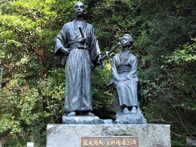 二人の銅像
