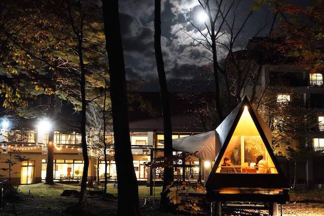 夜の庭から見たTENARとホテル外観