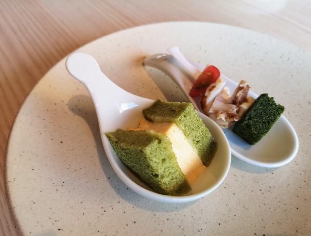 東京都・目黒「ホテル雅叙園東京」6月限定お茶のおもてなし(抹茶ブリオッシュの卵サンド、抹茶ブラウニーとBBQポークのピンチョ)