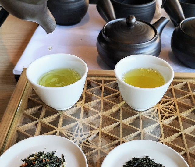 東京都・目黒「ホテル雅叙園東京」6月限定お茶のおもてなし(厳選3種のお茶飲み比べ)淹れる様子2