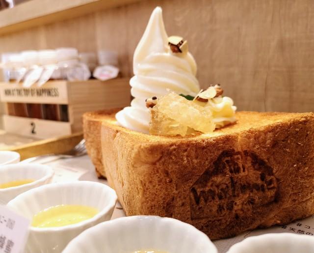 京都府・蜂蜜専門店「ミールミィ三条本店」13種類の蜂蜜食べ比べ ミールミィの贅沢ハニートースト(2階で焼かれる食パン)