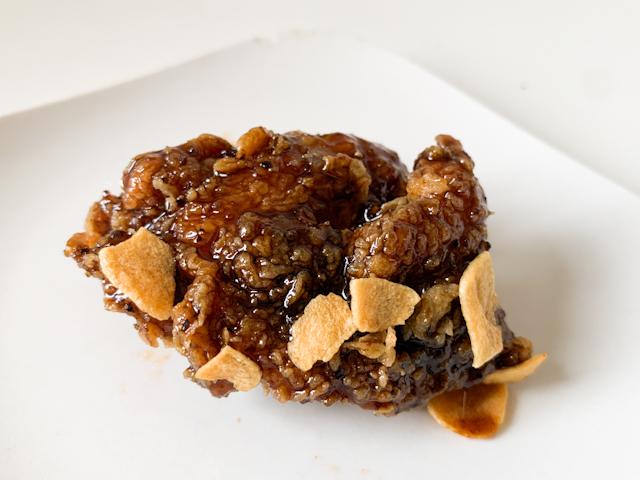 甘口醤油とガーリックを使った「ブラックガーリックチキン」です。