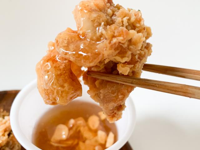 甘いソースがチキンに絡まり、甘しょっぱさが口の中に広がります