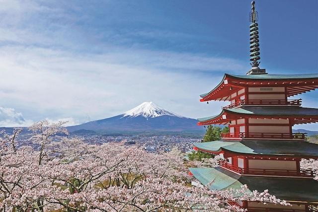山梨県新倉山浅間公園・忠霊塔と富士山