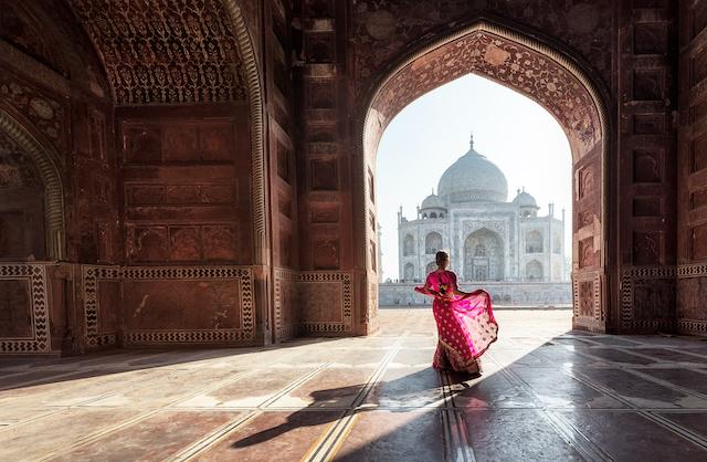 インド・タージマハルとサリーの女性