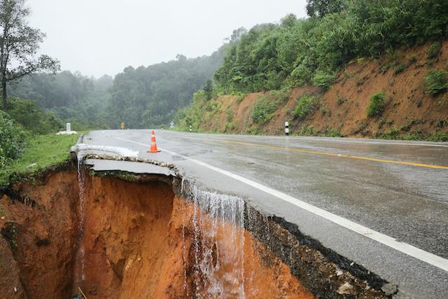 雨で崩れた道路