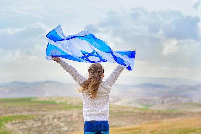 イスラエル国旗を持つ少女