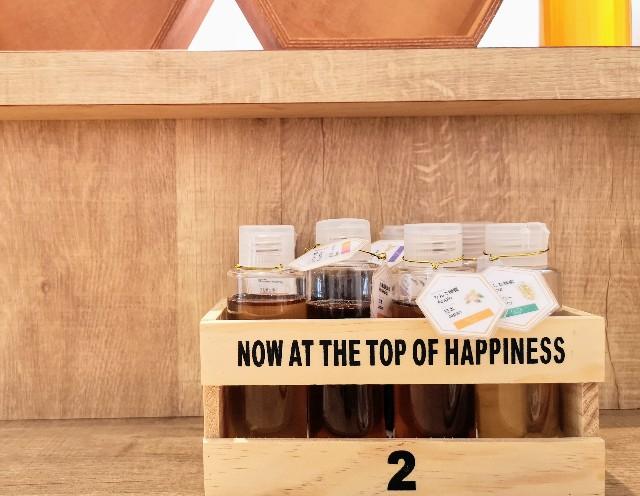 京都府京都市・蜂蜜専門店「ミールミィ三条本店」8種のハチミツ(テーブル)
