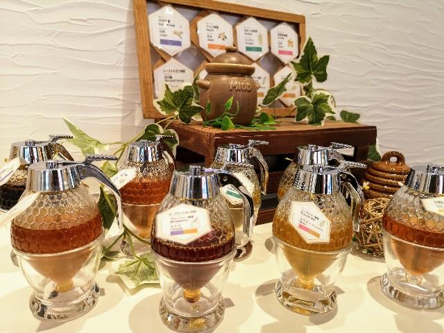 京都府京都市・蜂蜜専門店「ミールミィ三条本店」8種のハチミツディスプレイ
