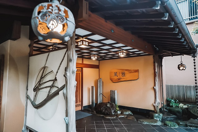 大人の隠れ家で特別な時間を。ノスタルジックな温泉宿「ゆがわら風雅」で究極のおこもりステイ【宿泊ルポ】