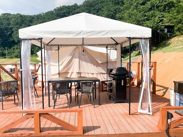 グランテントには、食事をしたりするスペースになる広いウッドデッキと、その奥にテントが設置されています