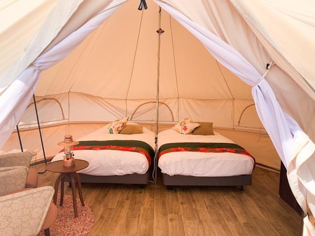 早速、テントをオープン!目の前には2つのベッドが登場しました