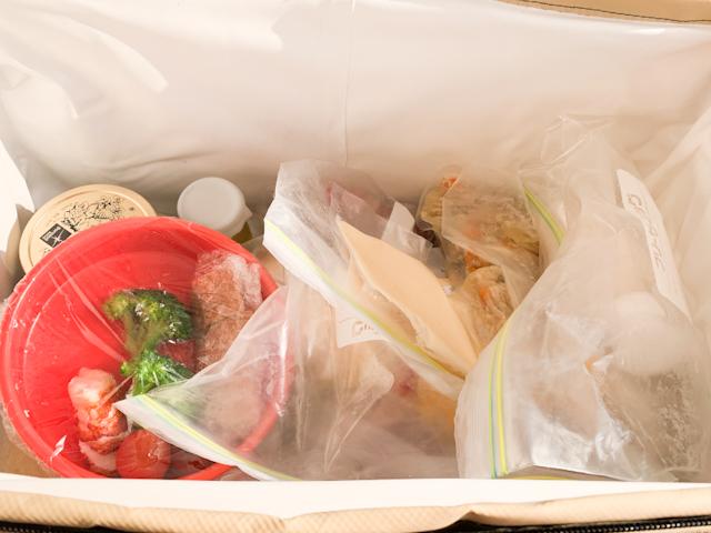 クーラーボックスを開けると、中にはたくさんの食材が!