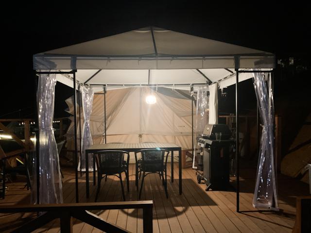 テントやキャビンにはひっそりと明かりが灯ります。