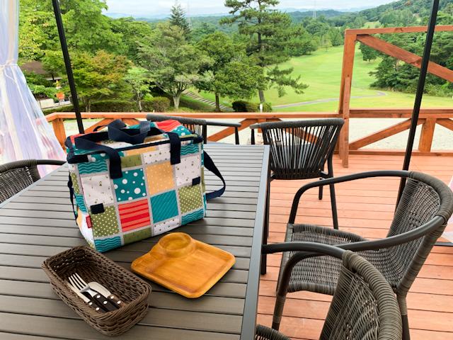 小さなクーラーボックスには、朝食の具材たちが用意されていました。