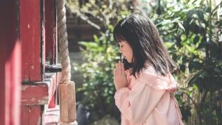 お祈りする女性