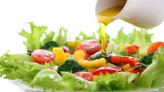 サラダにドレッシングをかけるイメージ