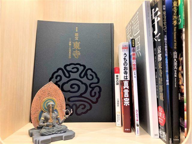 星野リゾート OMO3京都東寺 心柱ブックテーブル