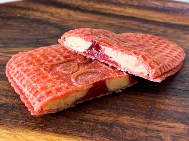 3種の砂糖を使用したバタークリームと、福岡産あまおう苺の濃縮果汁を使用したストロベリーキャラメルがサンド
