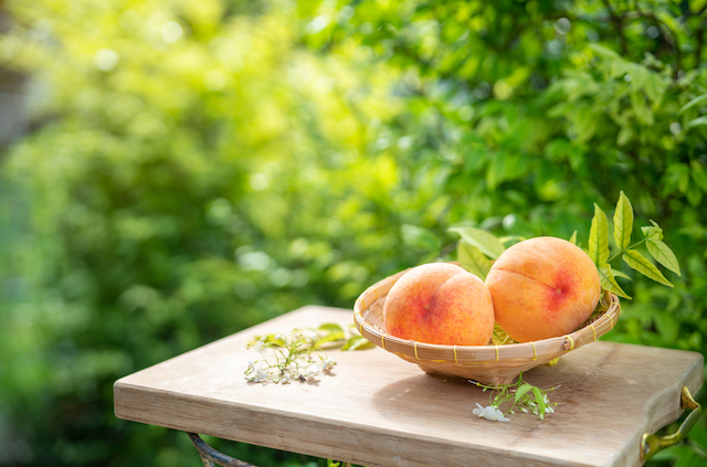 庭に置いた桃