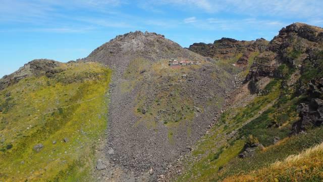 外輪山から見る山頂