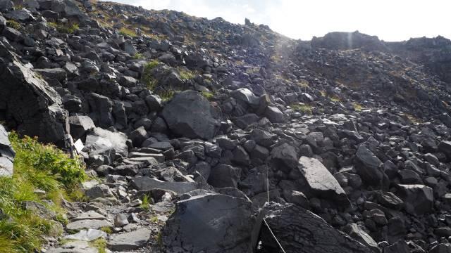 岩だらけの山道