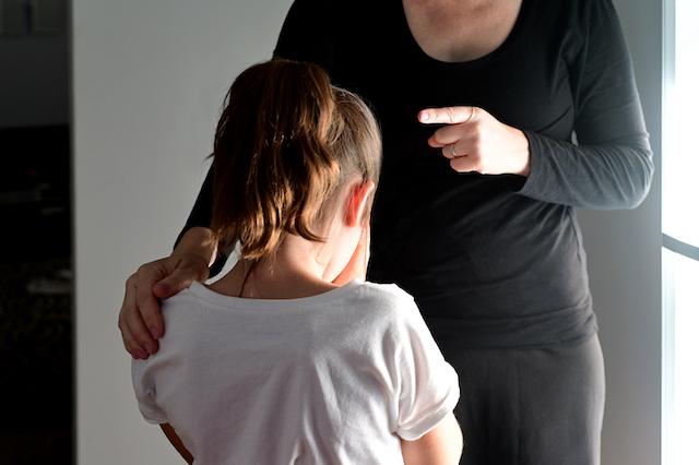 子どもに説教する母親